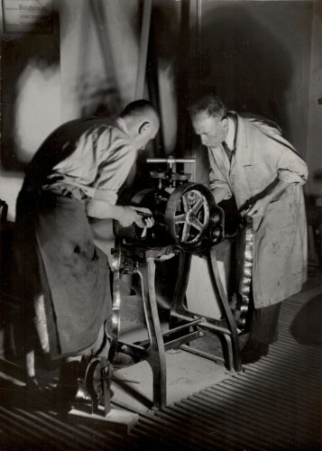 irmengründer Alois Wamprechtsamer beim Walzen des Blattgolds